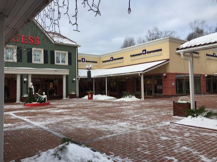 В Outlet Village вы будете ходить под открытым небом, что может быть не очень приятно в ветреные зимние вечера