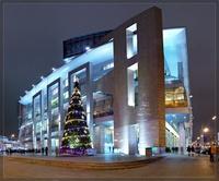 Большой торговый центр Европейский с большим количеством магазинов: люксовые марки вынесены в отдельный сектор — Галерея, в основной части торгового центра расположены магазины среднего ценового уровня.