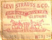 Логотип на задней стороне джинсов Levis