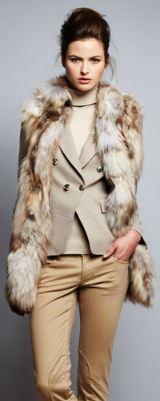 куртка из лисы Sinequanone, штаны из хлопка и вискозы и кофта - вся одежда Sinequanone